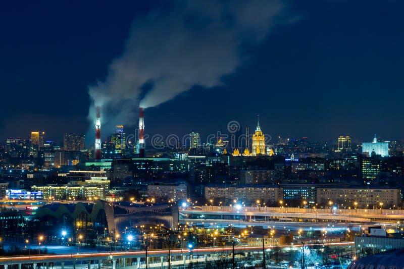 夜莫斯科全景  大芝加哥市伊利诺伊其湖点燃密执安江边 蒸汽来自CHP管子 免版税库存图片