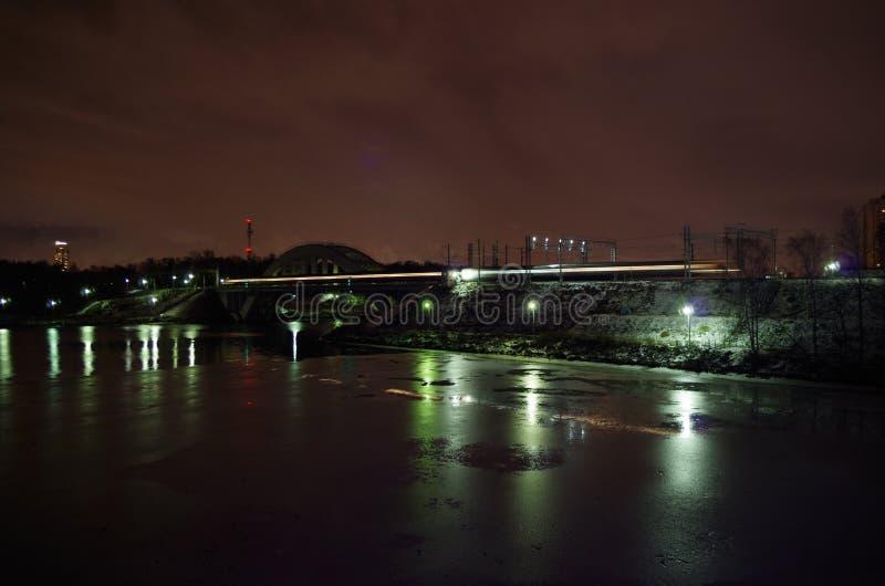夜莫斯科渠道和铁路 免版税库存图片