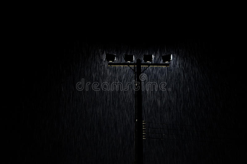 夜街灯软的射击在大雨中点燃 免版税库存图片