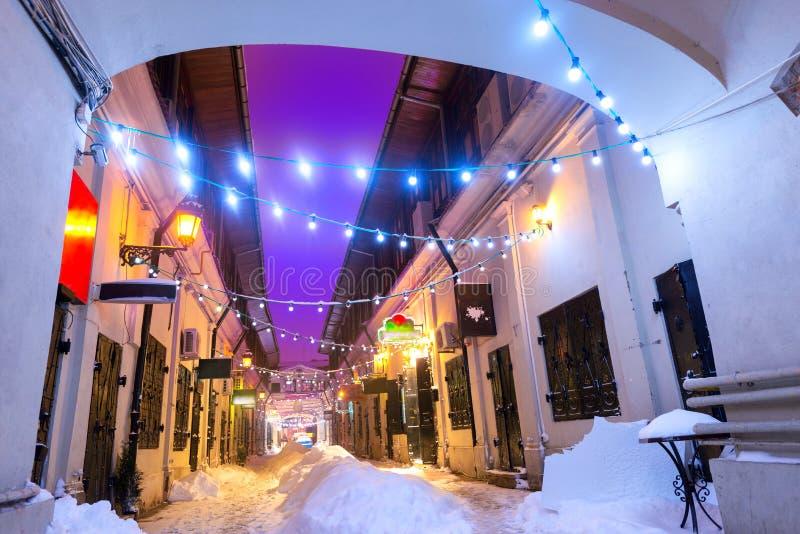 夜街道场面在布加勒斯特老市,有圣诞灯的 免版税库存照片