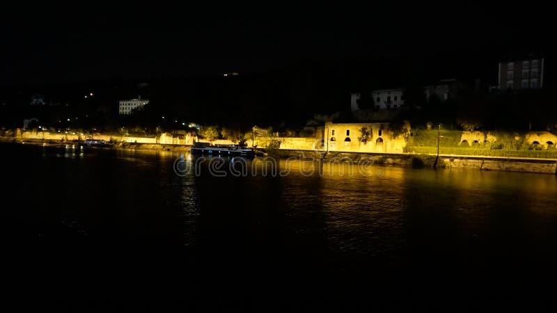 夜街道场面在Tournon从河游轮看见的法国 图库摄影