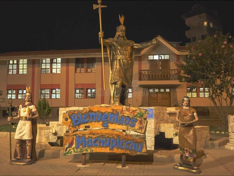 夜被射击在阿瓜calientes的pachacuti雕象 库存照片