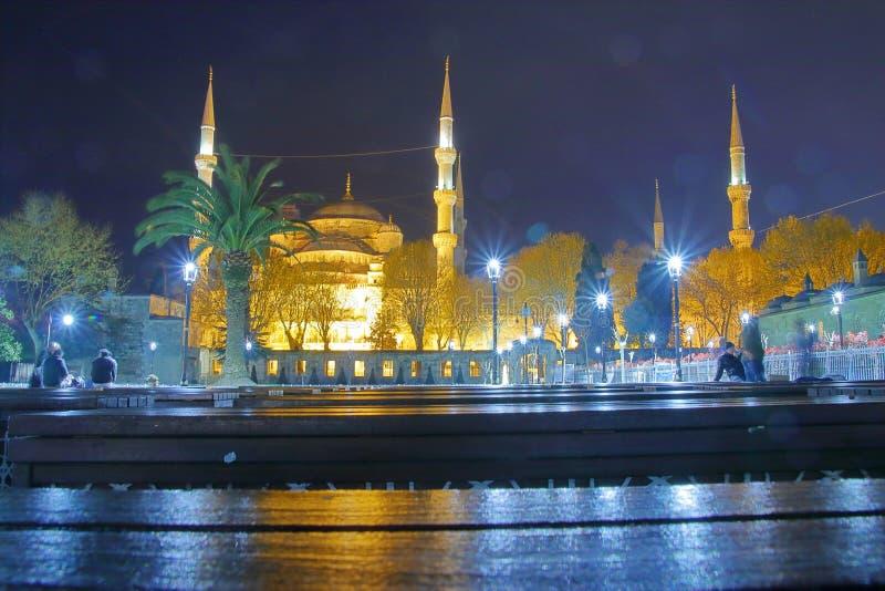 夜视图其中一个最重要的清真寺在伊斯坦布尔叫Sultanahmet 库存照片