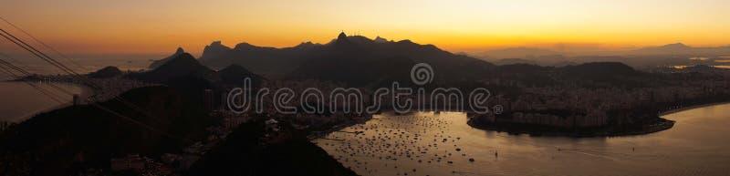 夜视图向里约从老虎山山怀有在日落以后在里约热内卢,巴西 免版税库存照片