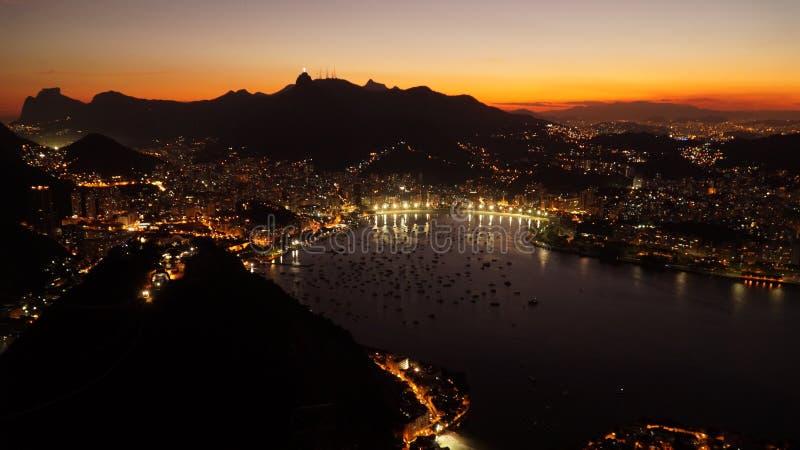 夜视图向里约从老虎山山怀有在日落以后在里约热内卢,巴西 免版税图库摄影