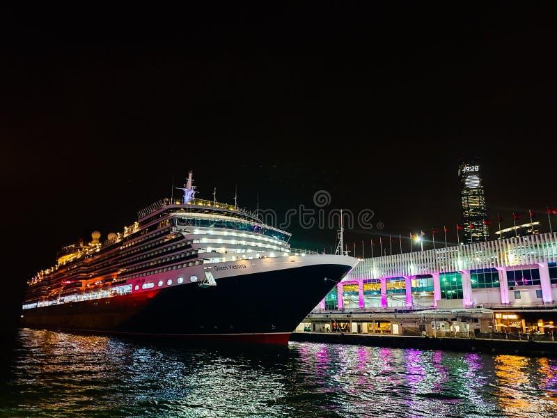 夜视图海巡航在市中心 库存照片