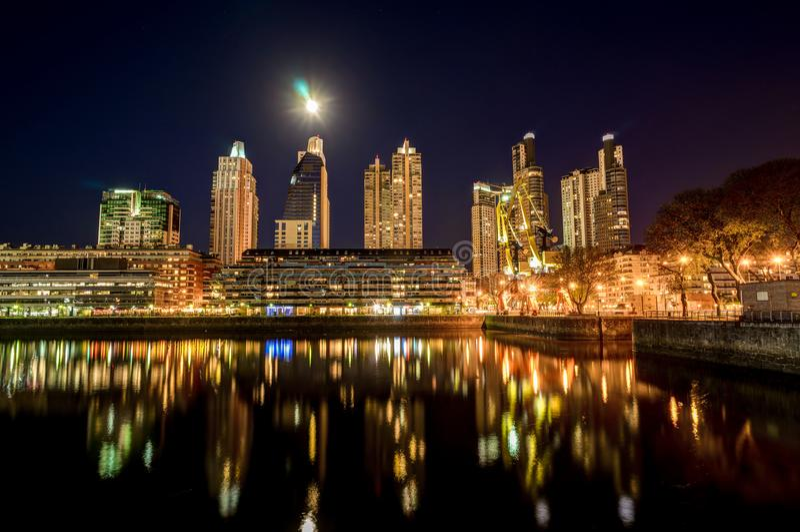 夜视图港口马德罗港区在银的布宜诺斯艾利斯 库存照片