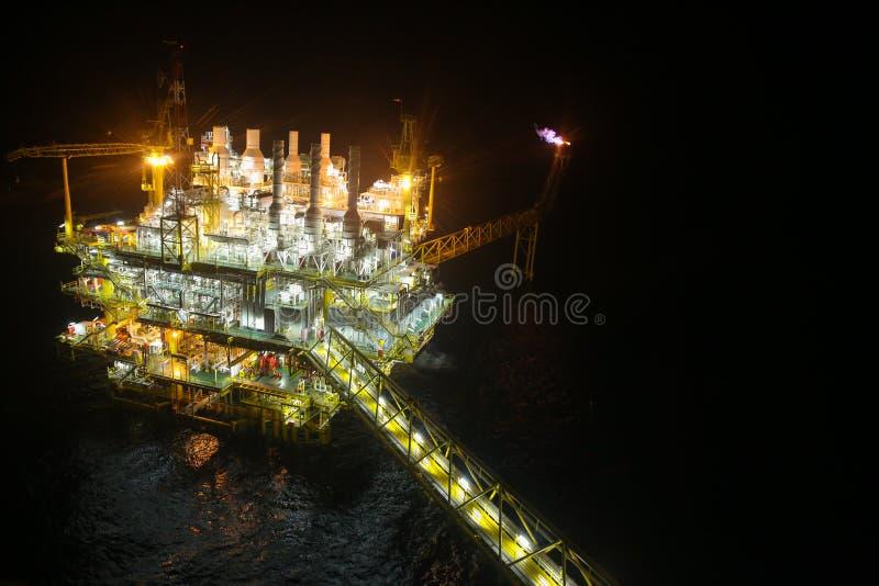 夜视图的油和煤气建筑 从直升机夜间飞行的看法 近海处油和煤气平台 库存照片