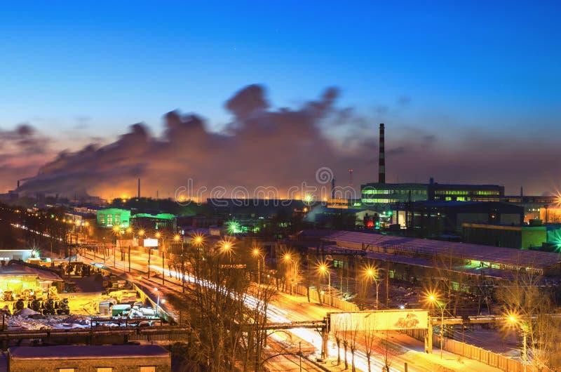 夜路在城市的工业区 库存照片