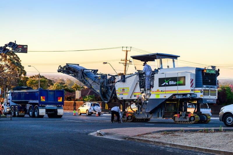 夜道路工程在阿德莱德 免版税库存照片
