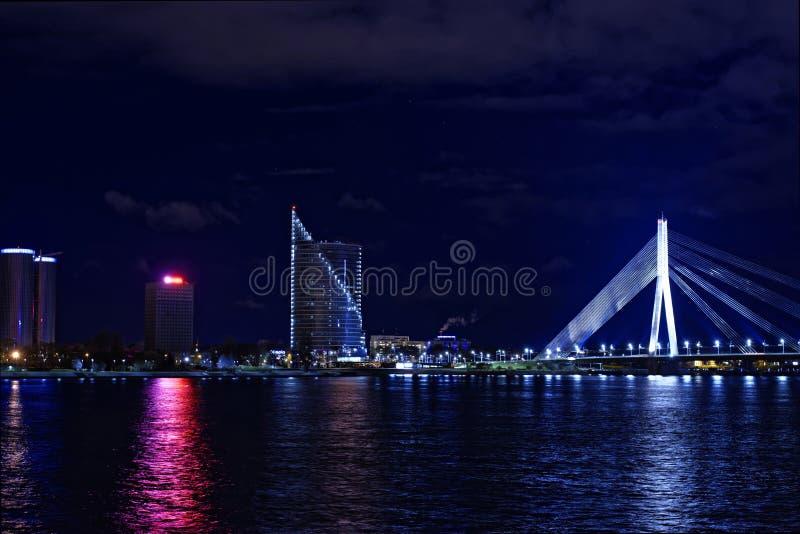 夜都市城市光和大厦在河沿附近 免版税图库摄影