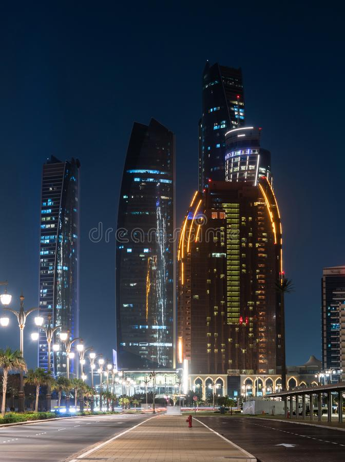 夜都市风景在阿布扎比,阿拉伯联合酋长国 库存图片