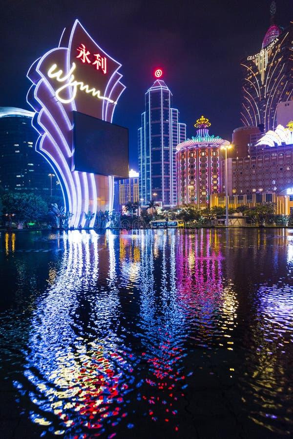 夜都市风景赌博娱乐场和旅馆现代大厦 免版税库存照片