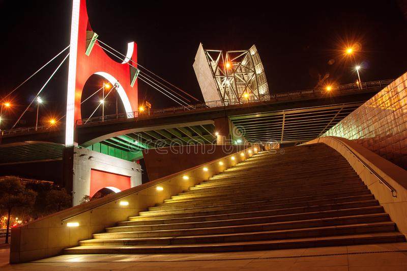 夜都市风景La毕尔巴鄂药膏桥梁  西班牙 巴斯克语Countr 免版税库存照片