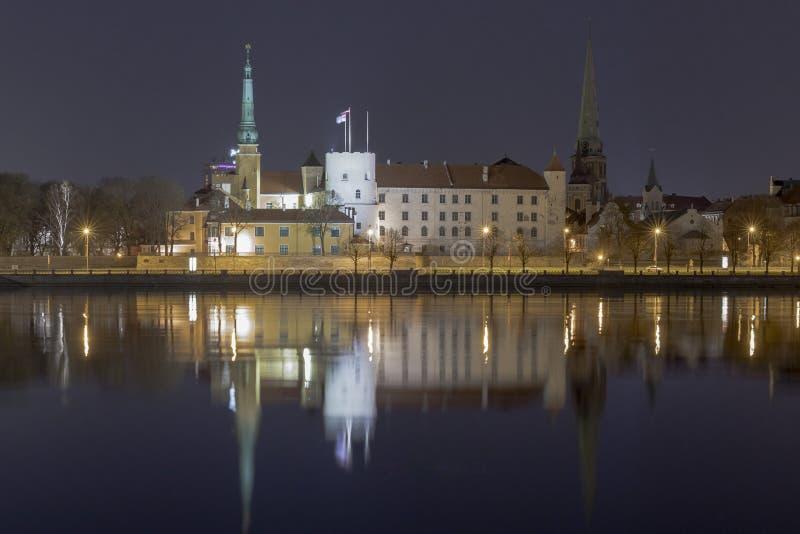 夜里加,拉脱维亚的首都的全景 里加城堡夜视图 库存图片