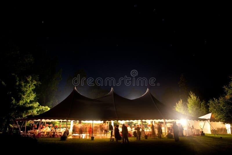 夜间与可视的星形的婚礼帐篷。 免版税库存照片
