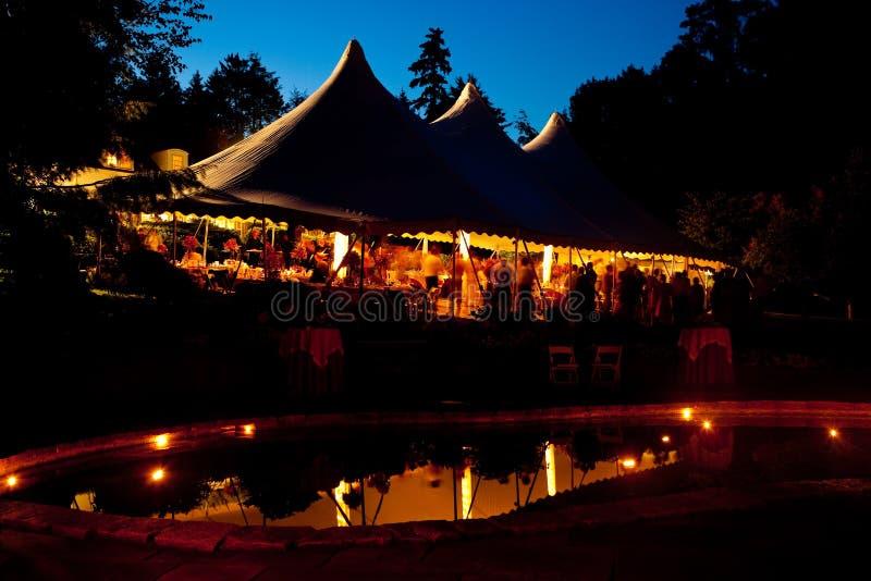 夜间与池反映的婚礼帐篷 库存图片