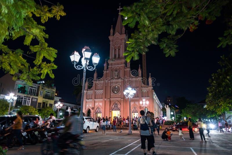 夜间岘港圣心大教堂及其院 库存图片