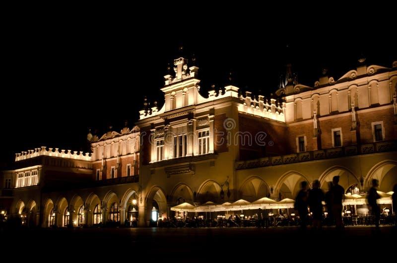 夜间的主要集市广场在克拉科夫,波兰 免版税库存图片