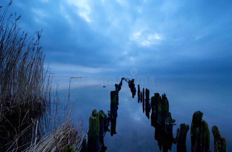 夜间的湖 免版税库存照片
