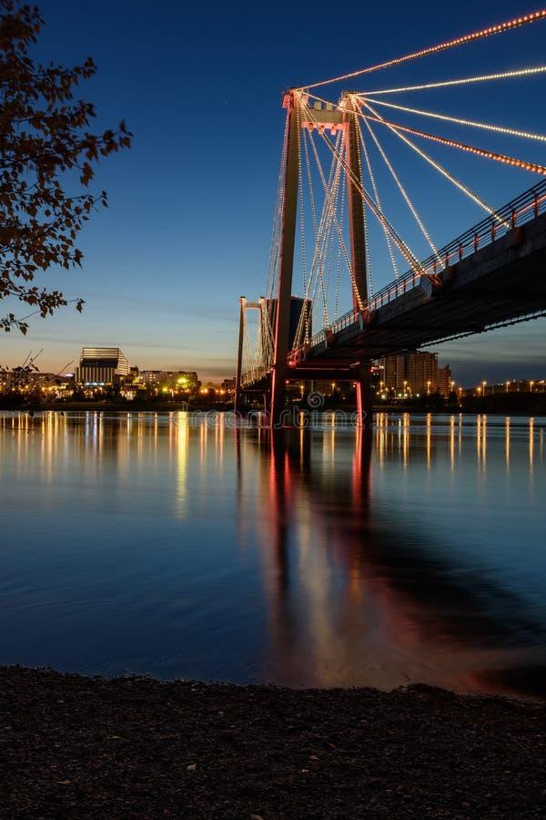 夜间红军行人桥 库存图片