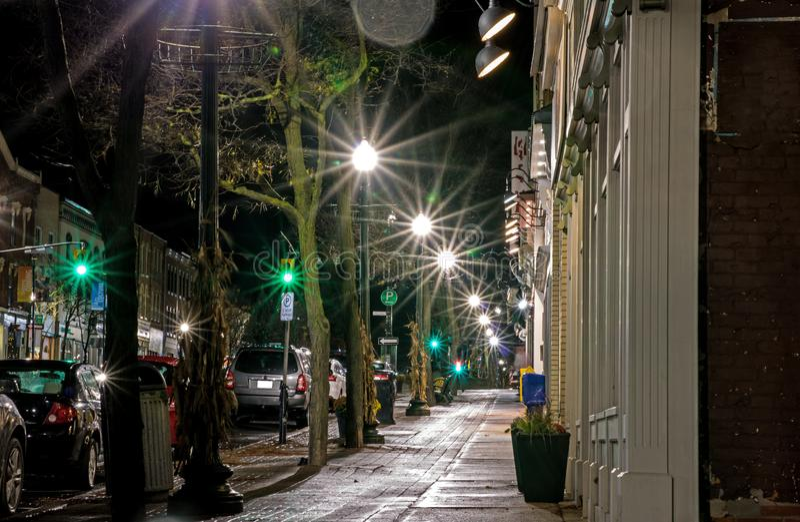 夜间街道场面在Orangeville,安大略,加拿大 免版税库存照片