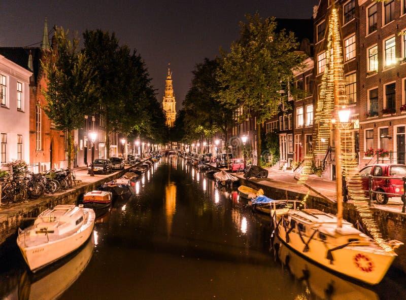 夜阿姆斯特丹城市视图  小船在渠道和典型的荷兰房子,荷兰,荷兰 免版税库存照片