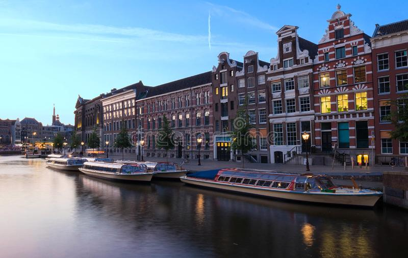 夜阿姆斯特丹运河、典型的荷兰房子和小船,荷兰,荷兰城市视图  免版税图库摄影
