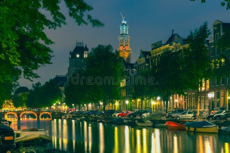 夜阿姆斯特丹运河和Westerkerk教会城市视图  免版税库存图片