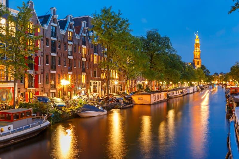 夜阿姆斯特丹运河和Westerkerk教会 图库摄影