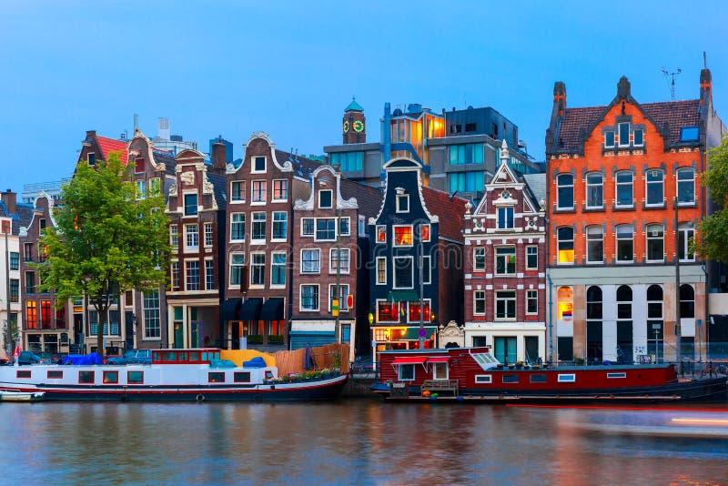 夜阿姆斯特丹运河城市视图有荷兰房子的 免版税库存照片