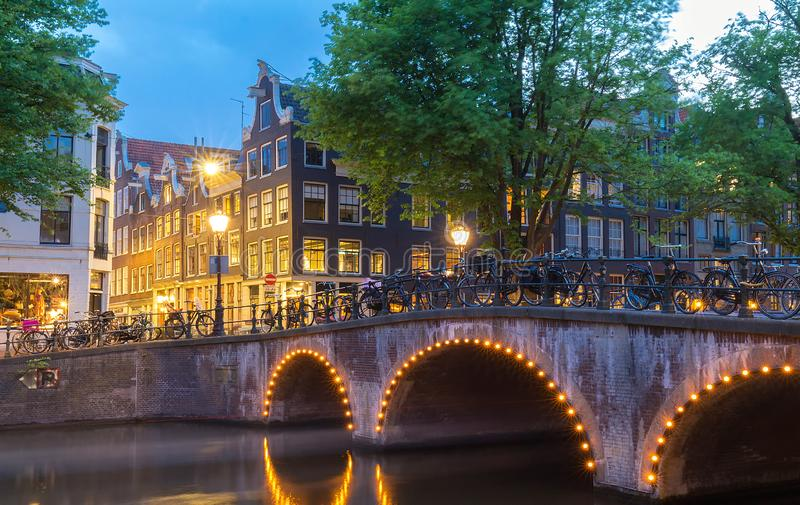 夜阿姆斯特丹运河,典型的荷兰房子,荷兰,荷兰城市视图  免版税库存照片