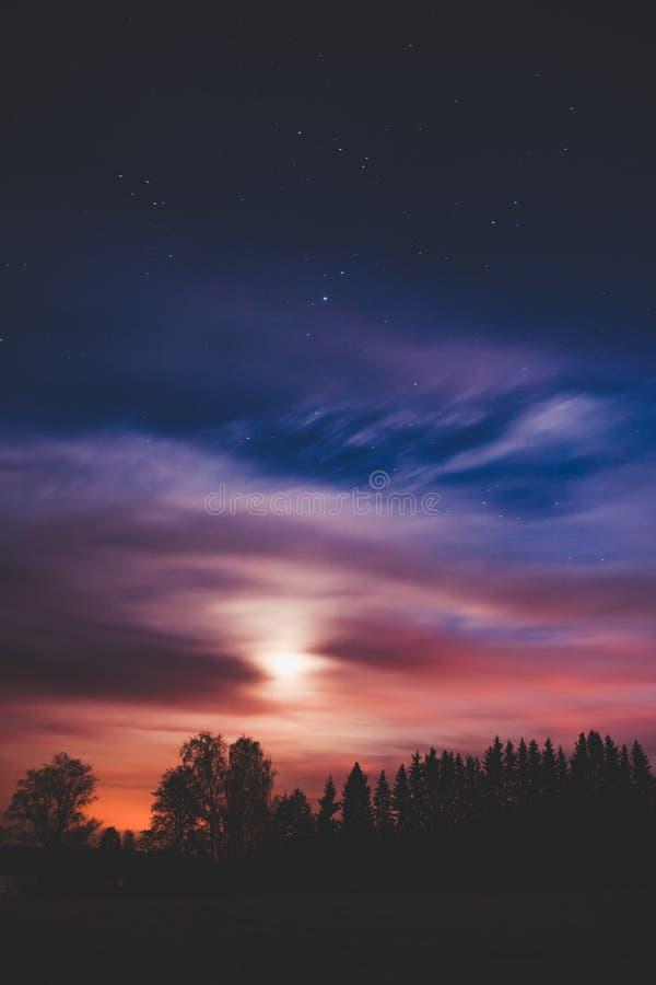 夜风景和多云满天星斗的天空 库存图片