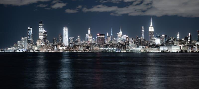 夜风景河反射纽约地平线帝国大厦 免版税库存照片