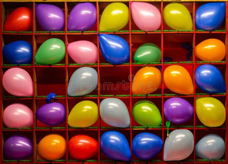 夜风气球比赛投掷五颜六色的朴实的平的背景 图库摄影