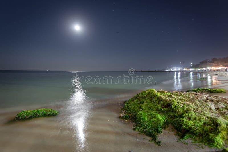 夜黑海风景在有月亮反射和色的石头的傲德萨 库存照片