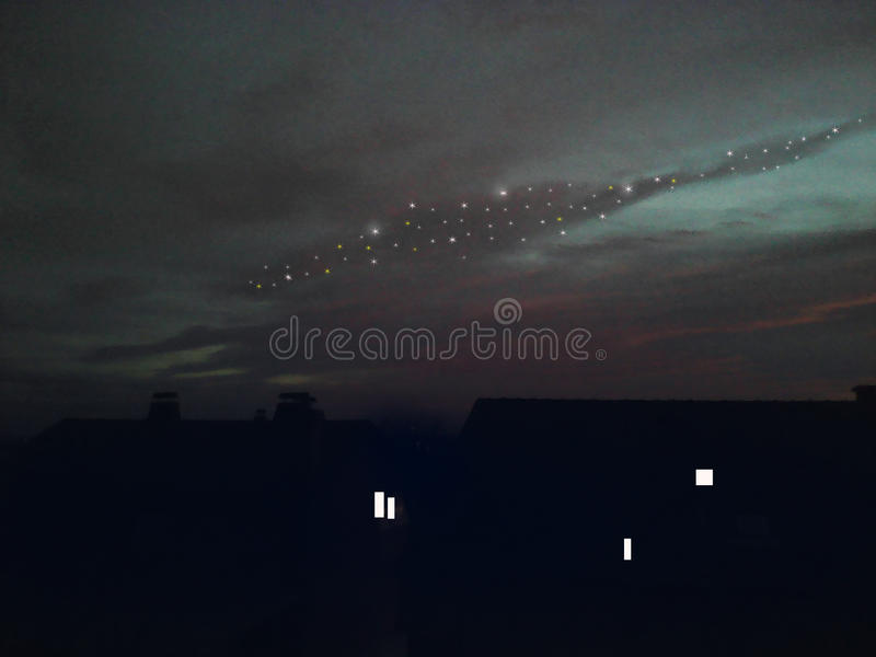 夜,在屋顶上的满天星斗的天空 库存照片