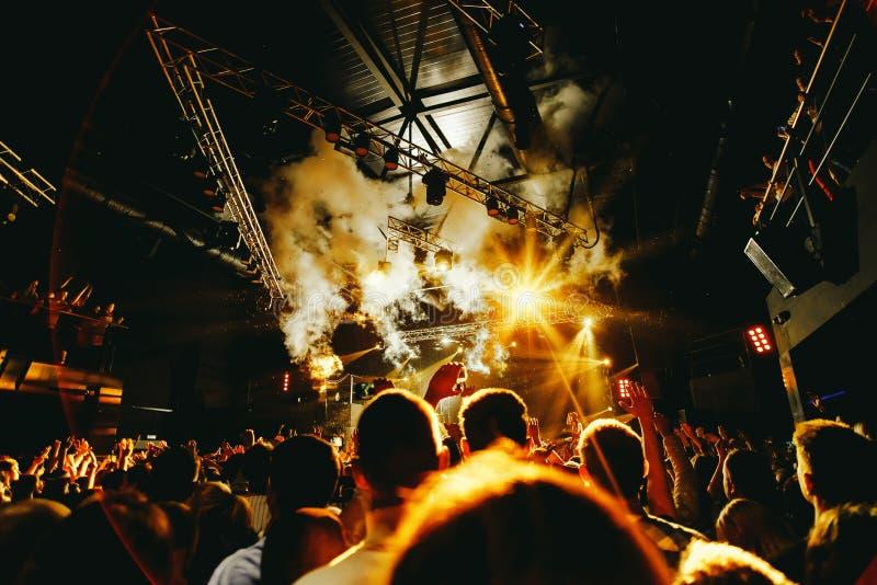 夜总会在音乐会的剪影人群 库存图片