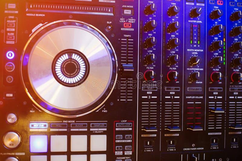 夜总会的Dj控制器集会DJ 声测设备 库存照片