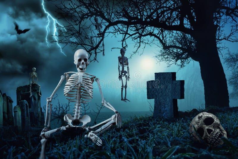 夜间在公墓的万圣夜场面 免版税库存图片