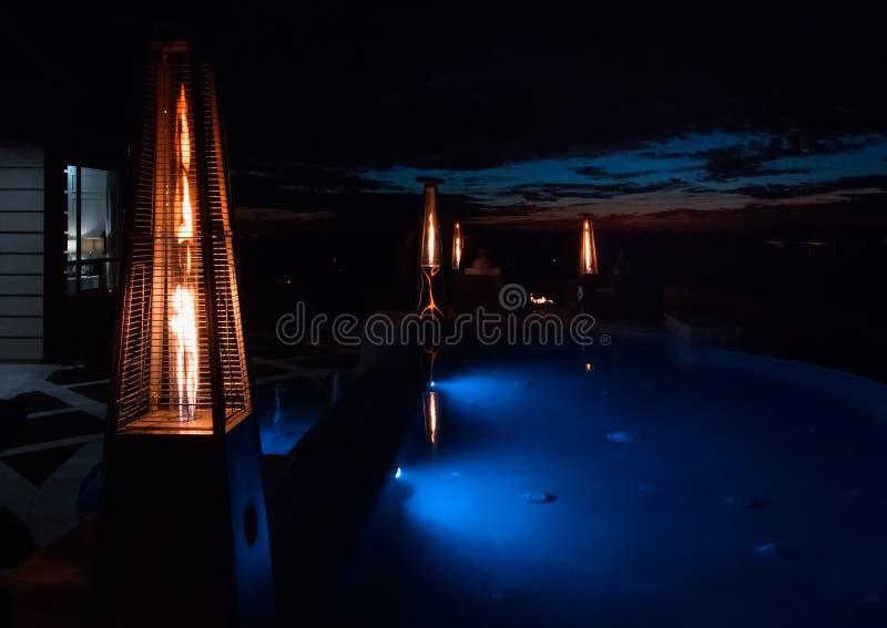 夜间家庭室外露台和水池露台 免版税库存图片