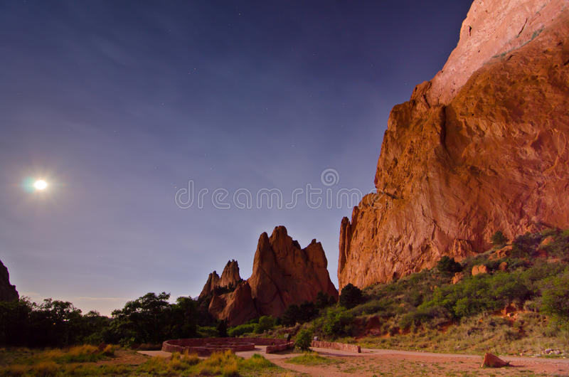 夜间射击与岩层的月亮在神的庭院在科罗拉多泉,科罗拉多 免版税库存照片