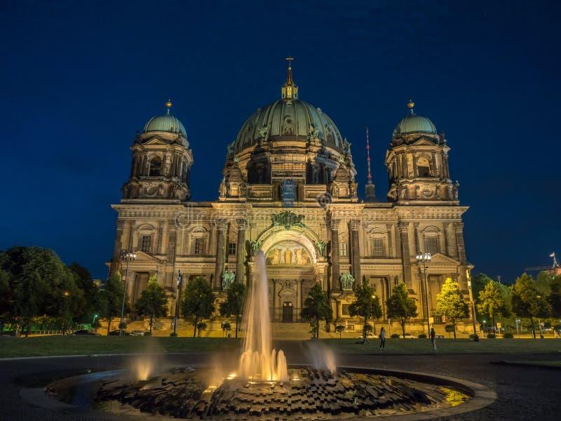 夜间柏林大教堂与在它前面的点灯喷泉 库存照片