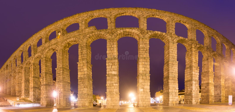 夜间的罗马塞哥维亚输水道 西班牙 免版税库存图片