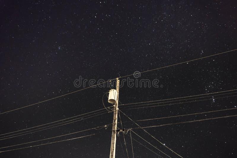 夜间送电线 免版税库存照片