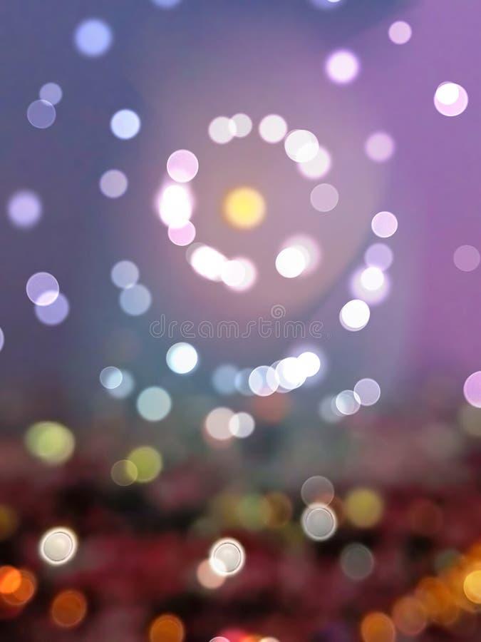 夜bokeh背景和墙纸,被弄脏的闪烁葡萄酒光摘要  免版税库存照片