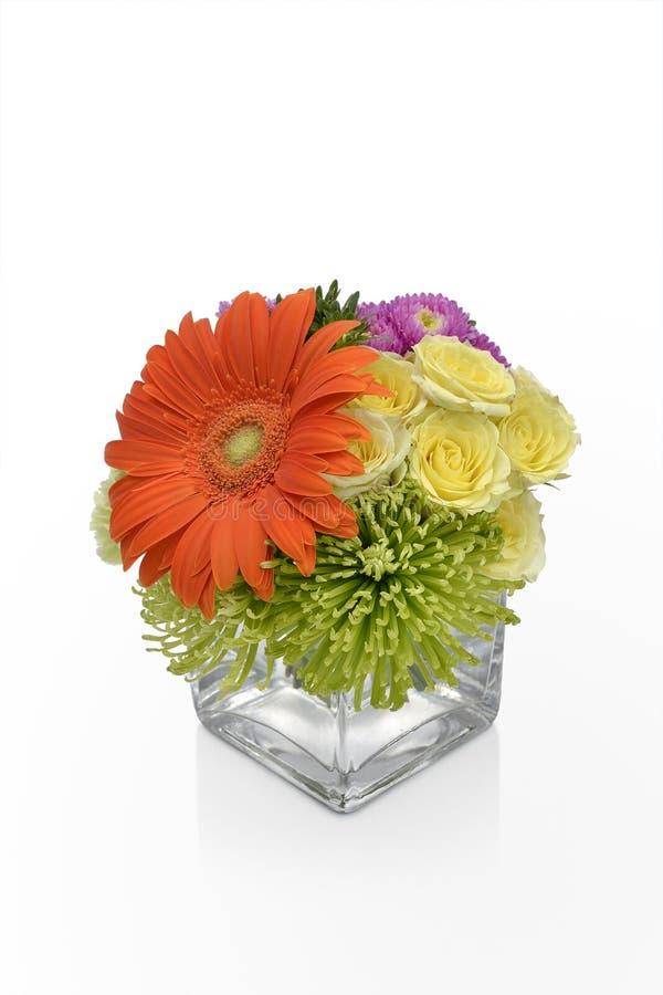 大丁草雏菊在一个花瓶的花的布置有黄色玫瑰的 由卖花人的花卉花瓶安排 免版税图库摄影
