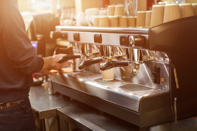 大专业咖啡机器 准备咖啡的Barista在咖啡馆或餐馆 去的热的饮料 温暖和友好的气氛 好 免版税库存照片