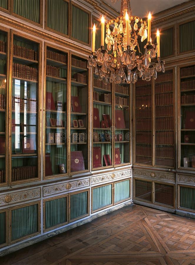 大书架和枝形吊灯在凡尔赛宫,法国 免版税库存照片