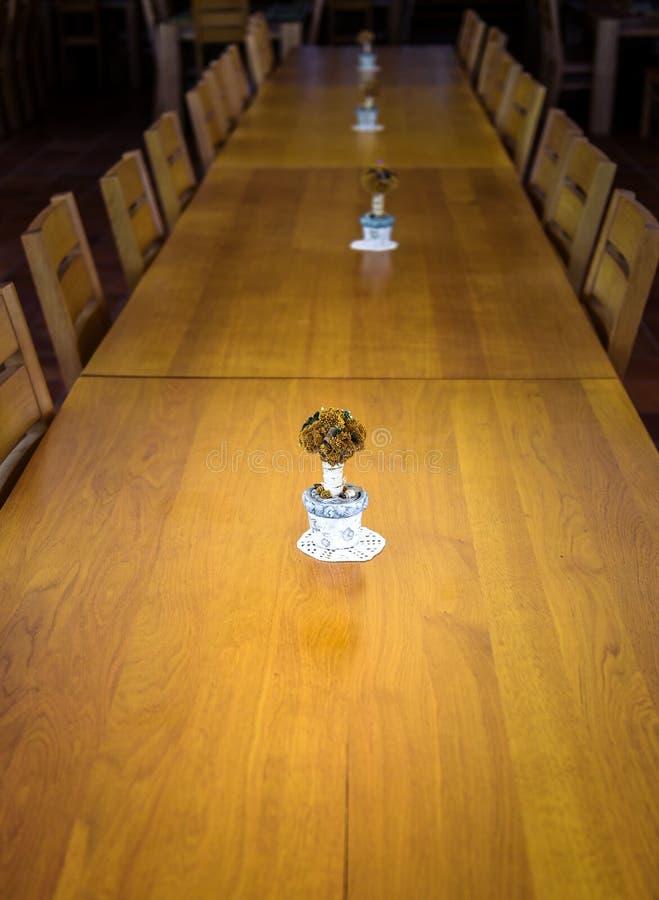 大事件、公司或婚姻的木饭桌和椅子 免版税库存图片